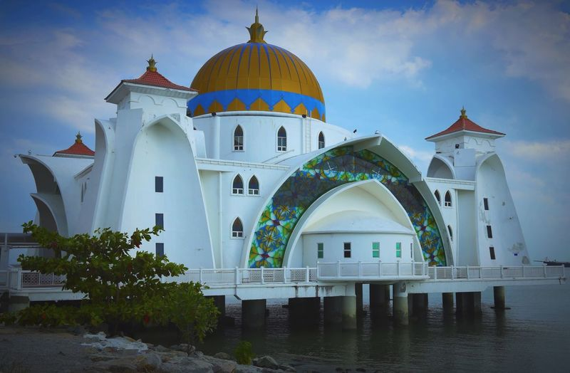 Modern houses of worship, this in Malacca, Malaysia! Malacca,malaysia Malacca Straits Mosque Mosque Temple - Building Mosques House Of Worship Travel Cruise Silversea Straits The Architect - 2018 EyeEm Awards