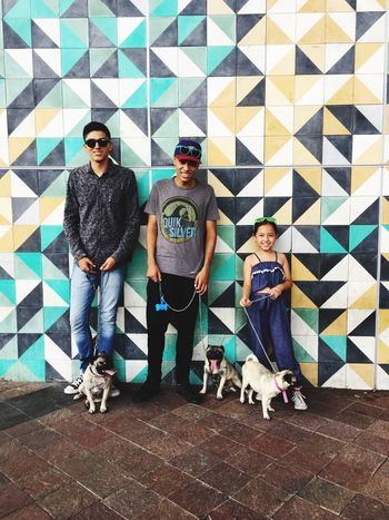 Paseando con los morros 😎 Sunglasses Looking At Camera Casual Clothing Pets Dog Togetherness Front View Cool Attitude Smiling Fashion People Happiness Group Of People Weekend Activities Disfrutando De La Vida Walking Around Taking Pictures Nephews
