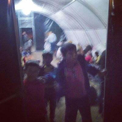 Kurulan çadırlara gelen insanlar yerleştiriliyor.Yenileri de kurulmaya devam ediyor.Yeterli mi? Çocukların gözleri her daim kapıda...Umut arıyorlar! Gözyaşınınvatanıyoktur Suruc Suriye Sınır impr