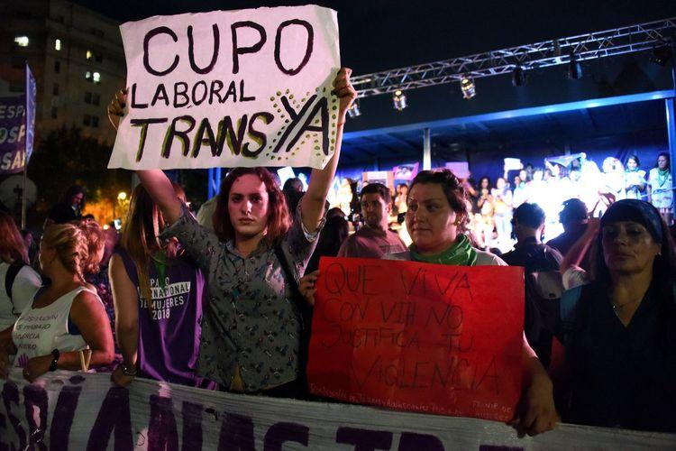 Trans reclamando cupo laboral durante la marcha por el día de la mujer en Buenos Aires, Argentina Laboral Cupo Trans Dia De La Mujer  Lucha Movilizacion Mujeres Trans Travesti