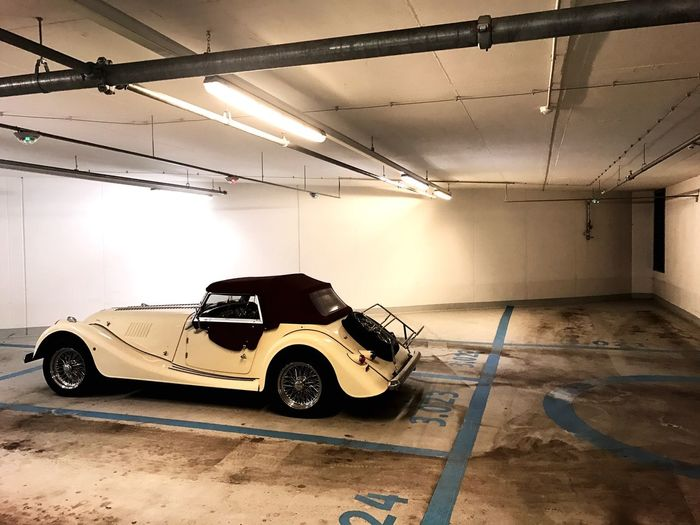 Morgan car in parking garage - Fahrzeug der Marke Morgan in einer Tiefgarage Tiefgarage Garage Auto Cars Morgan Mode Of Transportation Car Land Vehicle Indoors