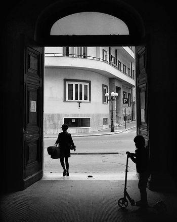 Streetphotography Urbanphoto Blackandwhite Campobasso Urbanlandscape Instagramstreets $instagram Instagramblackandwhite Backlight People Streetphotographyblackandwhite
