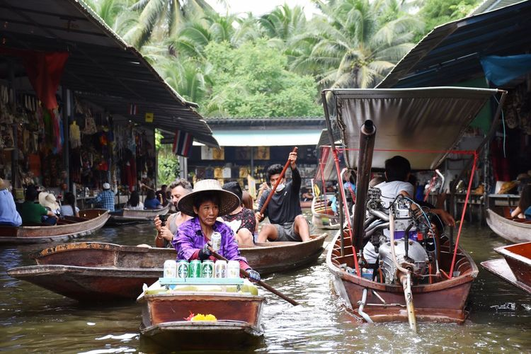 Floating market in Thaïland, a great experience and full of surprises. Amazing Thailand. Thailand Floating Market Dumnoen Saduak Market Boat Boats Countryside Poor  Bangkok ASIA Thai Water People Traveling Travel Destinations Busy Adventures In The City