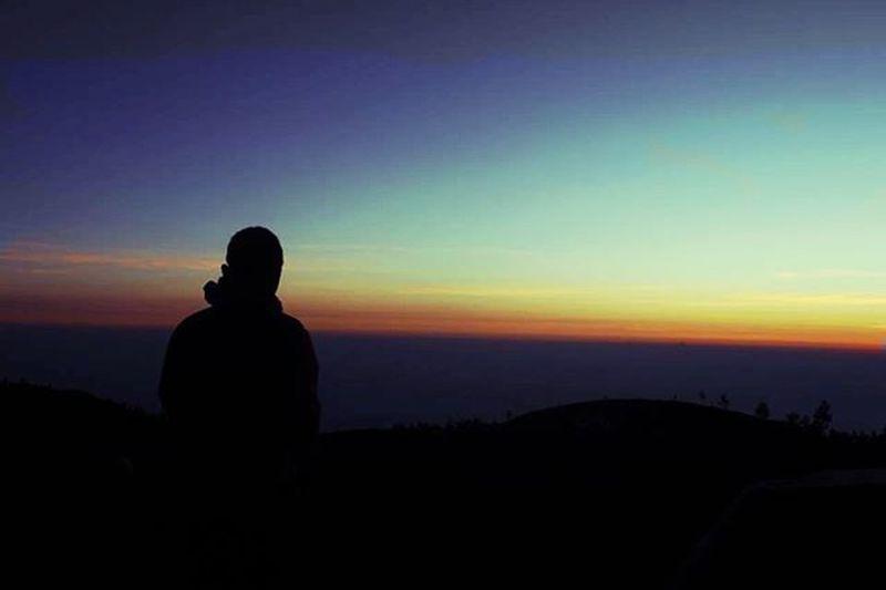 Menyendiri, meyatu dengan alam, menikmati perlahan sajian alam, memahami bahwa indonesia sangatlah indah Id_pendaki Mountainexplore Bacpacker Topmountain Praumountain Sahabatrandoms