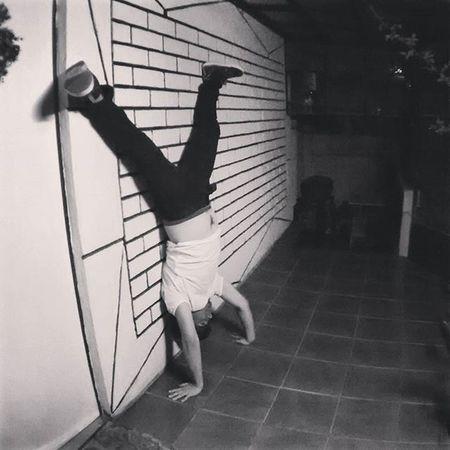 Yuuuhuuu ;D Paradademanos Handstandinthewall Handstand  Instanight Blackandwhite Pino Instaviña Instarecreo Vamosporelsinpared Equilibrio Balance Exorcista