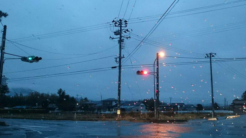 雨の日の交差点 電信柱 電線 信号機 白線 街灯 水滴