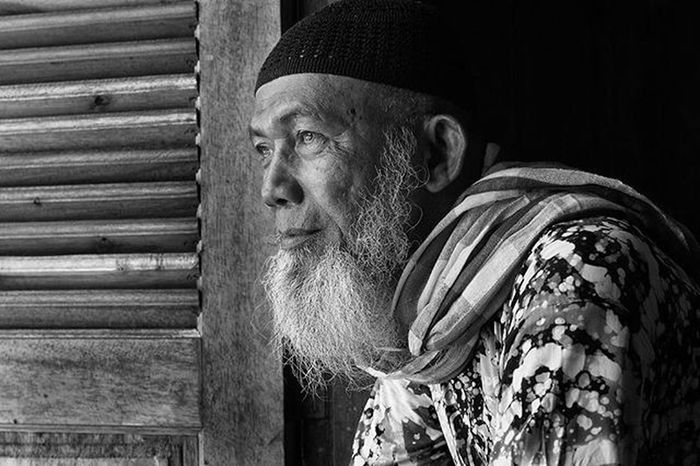 "They called him ""Pak Man"" (Terengganu said Pok Mang), the one who's friend of me from Terengganu - Malaysia. Mereka memanggilnya ""Pak Man"", salah seorang teman saya dari Terengganu - Malaysia. Dailylife Kompasnusantara Pewartafotoindonesia Natgeonesia 1000kata Serikat_fi Photooftheday Thephotosociety Streetphotography Streetphotographers StreetLife_Award Streetphoto_bw Blackandwhitephoto Bw_indonesia Artphoto_bw Bnw_globe Bnw_worldwide Bestshooter_bw Monochrome Mirrorlesscamera Olympusomd Em5 Olympusomdem5 Olympusuk Getolympus"
