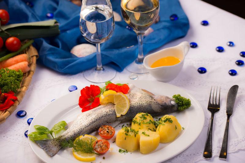Blue Butterfly DÜNSTEN Eat Enjoying Life Fisch Forelle GEDÜNSTET Gekocht Gekocht Gemüse Kartoffel Krakow Kräuter Salat Wein