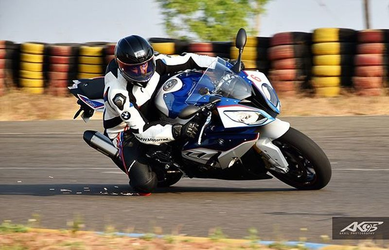 Knee down and letting sparks fly. The last pic of the kneeling series pic 4/4 Bmw_s1000rr in frame Bmw BMWMotorrad Bmwmotorsport Bmwracing Bmwnation Motomobiliardent Eatsleepshiftrepeat Superbikesofinstagram Superbikesinindia Imtheindianbiker Superbikeoftheday Sbkindia Superbikesgram Pistonaddictz Holybikes Throttleworld Motoloot Petrolheadz