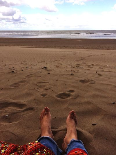 Pies descalzos Beach Sand Low Section Human Leg barefoot Sea Human Foot Human Body Part Nature Horizon Over Water Sky Water Shore Personal Perspective Real People Day Cloud - Sky