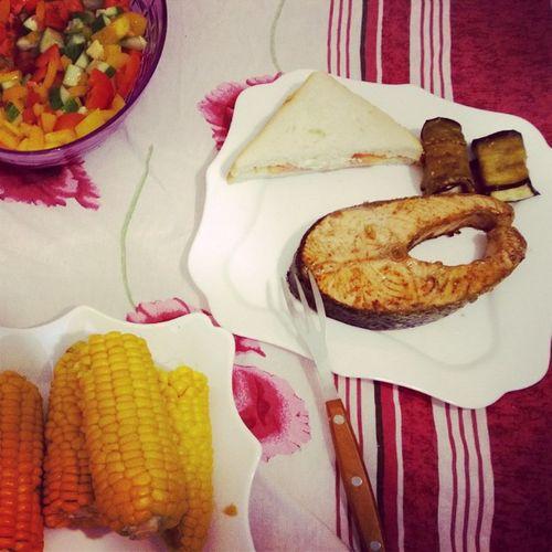 Приятно готовить друг для друга😍 ужин впостель семга Кукуруза салат
