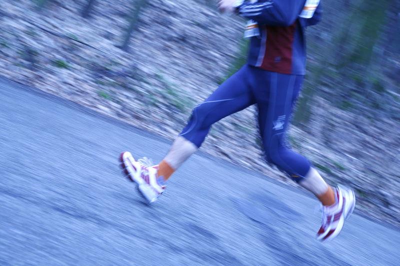Beine eines laufenden Marathonläufers Beine Ein Füsse Lauf Laufen Leichtathlet Laufer Läuft Marathon Marathonlauf Marathonläufer Marathonrunner Outdoor Runner Sportler