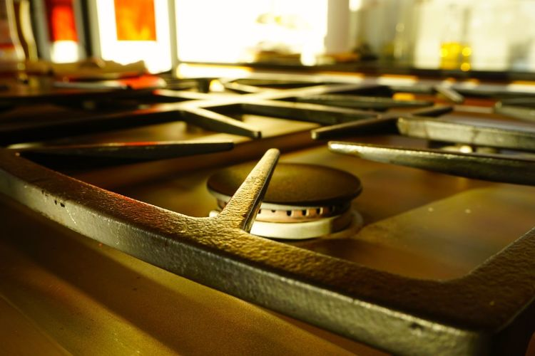 Gas stove top in sunny kitchen Appliance Black Iron Cooking Cooking With Gas Day Domestic Domestic Life Everyday Life Gas Gas Stove Gas Stove Burner High End Home Indoors  Kitchen No People Stove Stovetop Sunny