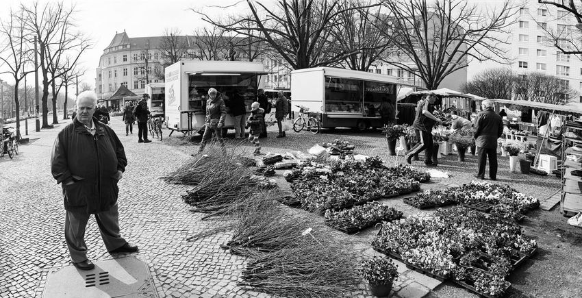 nochmal kurz nachdenken... The Street Photographer - 2016 EyeEm Awards Up Close Street Photography Architecture Analogue Photography 120 Film Hp5 Black And White Schwarzweiß Monochrome Built Structure Casual Clothing City Life City Street Berliner Ansichten Early Spring Flowers Lifestyles Market Place Men Town Square