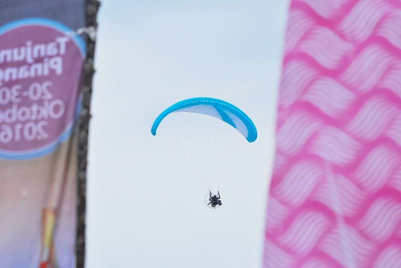 Fly Sports Photography Paralayang Aero Sport Air Vehicle Paramotor Parashut Low Angle View Outdoors Flying In The Sky Sport One Person Extreme Sports Mid-air Paragliding Parachute Only Men Sports Aero Adventure Skydiving Flying Fly