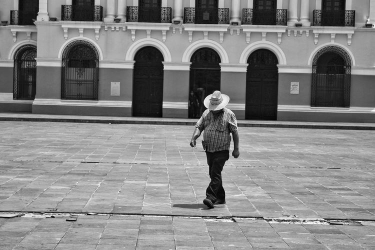 sombras The Street Photographer - 2018 EyeEm Awards EyeEm Selects Street Black And White Photography Streetphotography Blackandwhite EyeEm Black&white! EyeEm Best Shots EyeEm Best Shots - Black + White EyeEm Eyeem Photography Urbanphotography Arte Urbano  Streetphoto_color Urban City Full Length Childhood Child Politics And Government Architecture Building Exterior Built Structure Architectural Column