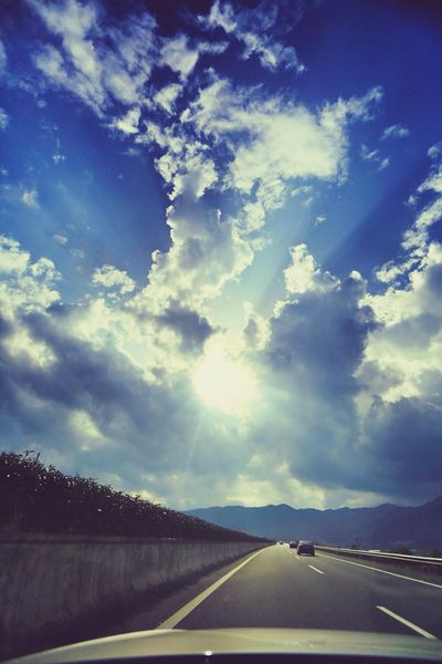 一直在路上,从未停止。 On The Road Lovely Weather Beautiful Day Enjoying The Sun Traveling Light And Shadow Clouds And Sky Enjoying The View Check This Out