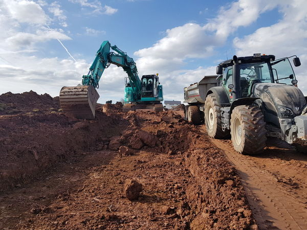 Valtra Kobelco Kroger Mulde Aushub Sunny Construction Site Excuvator Work Fun Technology Machinery Industry Construction Site Construction Machinery Agriculture Filling Sky Cloud - Sky Earth Mover Digging Construction Vehicle Road Construction Shovel Tractor Construction Equipment Mine Mining