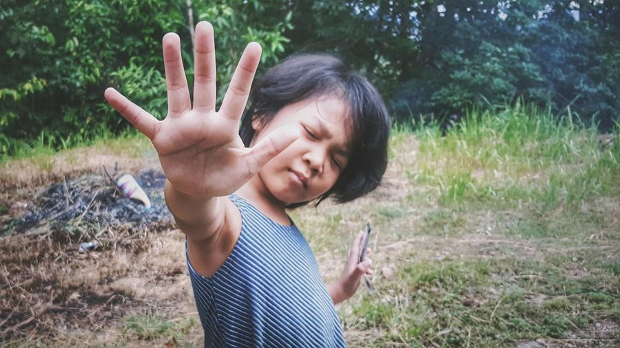 EyeEmNewHere Portrait Looking At Camera Outdoors One Person People Human Hand Human Body Part Samsung Galaxy Note 5 Mobile_photographer Mobilephotography Mobilephoto Beauty In Nature Kids Of EyeEm Kids Are Awesome Portraiture Portraits Kidsphotography Portraits Of EyeEm Child High5
