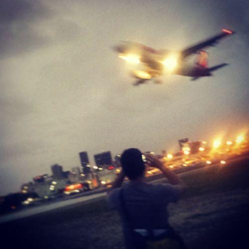 Assistindo os aviões decolarem de pertinho! Barulho doidooo! Apaixonadosporavião PistaSDU DAREDEVILS Yeswewereonaplanetrack