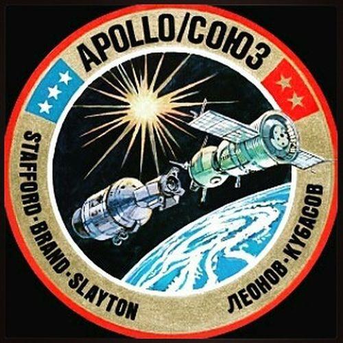ИсторияКосмонавтики ОниПокорилиКосмос 40ЛетМиссииСоюзАпполон ******************************** @Regrann from @patriot.rf - Состоялся первый в истории совместный полет космических кораблей двух стран - советского корабля «Союз-19» и американского «Аполлона» 15 июля 1975 г. 40 лет назад С космодрома Байконур в советской республике Казахстан стартовал космический корабль «Союз-19» с космонавтами Алексеем Леоновым и Валерием Кубасовым на борту. Через 8 часов с мыса Канаверал во Флориде (США) поднялась ракета «Сатурн 1-Б» с кораблем «Аполлон» и американскими астронавтами Томасом Стаффордом, Вэнсом Брэндом и Дональдом Слейтоном. На протяжении двух следующих дней корабли маневрировали для занятия стыковочной позиции. Они готовились к беспрецедентной международной космической миссии. Контакт состоялся 17 июля на высоте 140 миль над Атлантикой. Через три часа после стыковки Леонов в шлюзе приветствовал Стаффорда рукопожатием и фразой: «Glad to see you». «Привет, рад тебя видеть», – ответил Стаффорд по-русски. Затем мужчины обнялись. Значительная часть миссии была посвящена символическим действиям. Космонавты и астронавты обменивались флажками, сувенирами, табличками. Приветствия советского лидера Леонида Брежнева и американского президента Джеральда Форда транслировались на состыкованные корабли и по всему миру. Для телезрителей мира астронавты и космонавты провели телевизионные экскурсии по своим кораблям. Они угощали друг друга – русские подготовили обед, состоящий из пряников, русского черного хлеба, орехов, слив, мясного паштета и творога. Американцы ответили на это индейкой, мясными шариками, супом из морепродуктов с грибами. Звучали тосты за дружбу – вместо водки использовался борщ. Одновременно космонавты совершенствовали процедуру стыковки и проводили научные эксперименты. Некоторые из них продолжились после того, как русские и американцы, проведя вместе почти два дня, расстались. Оба экипажа благополучно вернулись на Землю. «Союз» спустился на парашюте на твердую зем