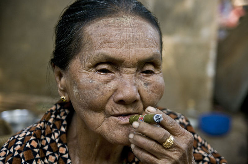 Art ASIA Bagan Burma Check This Out Cheroot Cigar Close-up Day EyeEm Portraits First Eyeem Photo Focus On Foreground Hanging Out Human Face Lifestyles Myanmar Oldbagan Outdoors Part Of Portrait Selective Focus Smoking Streetphotography Traveling Wrinkles