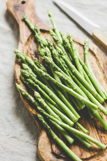 Green Color Healthy Eating Food And Drink Food Wellbeing Freshness Vegetable Still Life Asparagus Table Close-up Indoors  No People Raw Food High Angle View Wood - Material Focus On Foreground Selective Focus Spring Onion Plant Vegetarian Food
