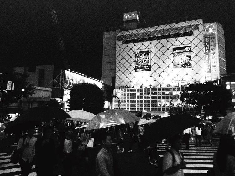 さぁ、ヤロウども、帰ぇるぞ❗️ Scramble Crossing Shibuya Shibuyacrossing Rainy Night Tokyo Tokyo Night Hello World Tadda Community Blackandwhite Monochrome