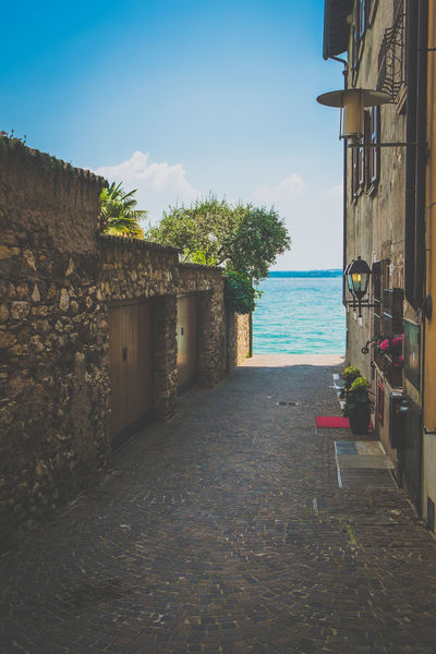 Sirmione, Italien, Gardasee Architecture Boating Europa Europe Gardasee Holiday Italien Italy Italy❤️ Lago Di Garda Lake Pastel Power Sailing Sirmione Sirmionedelgarda Streetphotography Summer Summertime Traveling Vacation View Watersports Fujixseries Fujifilm_xseries Italia