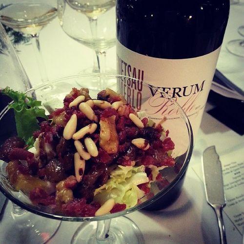 Verum Roble Tempranillo + Cabernetsauvignon + Merlot de @verumbodegas Armonizado con Ensalada de Quesodecabra Crujiente de Jamon Brotestiernos Nueces Pasas Piñones y reducción de vinagre balsamico de Modena