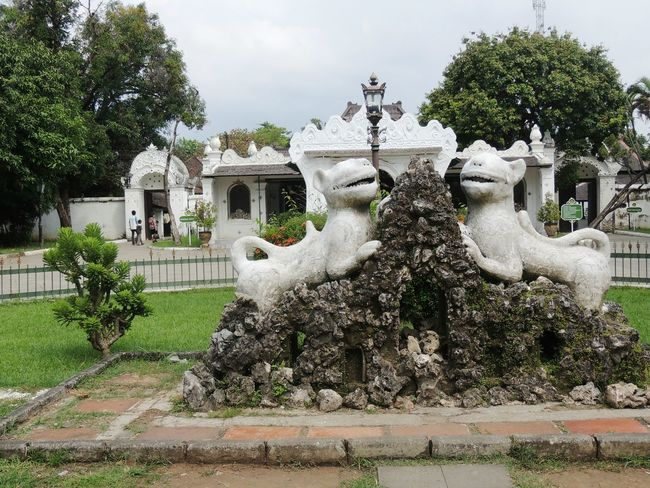 Visit Indonesia Classic Vintage Old But Gold Keraton Kasepuhan Palace The Architect - 2016 EyeEm Awards Architecture Architecture_collection Guards Sculpture in Cirebon  , INDONESIA
