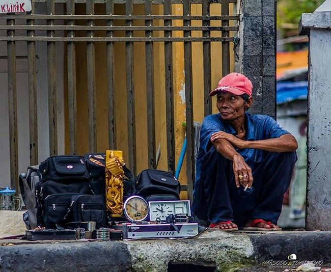Seorang pedagang yang berjualan di pasar loak Jatinegara, Jakarta Timur. Bapak ini terlihat jongkok sambil menikmati sebatang rokok disebelah barang dagangannya yang terdiri dari berbagai macam barang bekas seperti tas, jam, VCD Player, dan lain-lain. @pfijakarta @pewartafotoindonesia @fotograferindonesia @indonesia_photography @infia_fact @1000kata @huminesia @instanusantara @antarafoto @hariankompas @natgeoindonesia @serikat_foto_indonesia @worldpressphoto Humaninterestindonesia Hi_idindonesia Info_hiid Indonesia_photography Photo Photooftheday Photos Photochallenge Photographer Photoftheday Photograph Jurnalispfi Photoofday Hariankompas Serikat_fi Natgeoindonesia Photoshoot 1000kata WPPh16 Photocollage Photooftheweek Photodaily Photogram Pfindonesia Antarafoto pewartafotoindonesia instanusantara snapthescene creativeandfunphotography