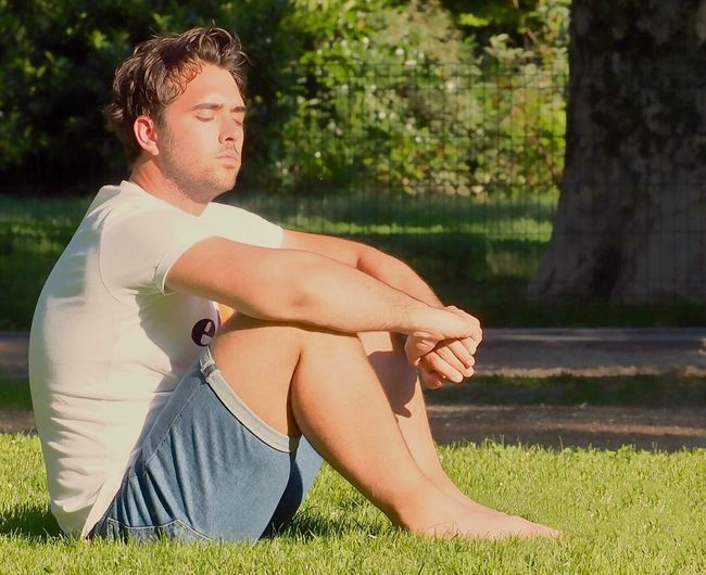 People Photography Relaxing Olympus Zuiko Taned Abbronzatura Sun One Person Sitting Grass Adult Plant Nature Sunlight Human Body Part Day Relaxation Young Adult Casual Clothing Limb Hairstyle Looking Leisure Activity Full Length Men Body Part Contemplation