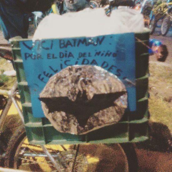 Creo que Batman no sabe escribir muy bien el español. 🙈🚲📷 PaseoDeTodos