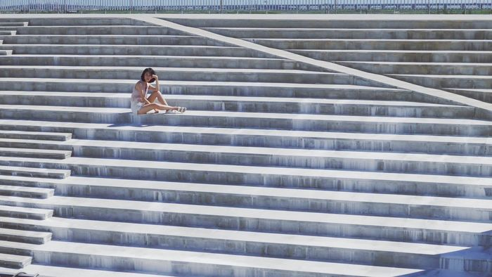 Full length of woman sitting on steps