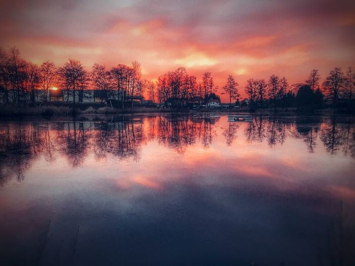 Sonnenuntergang Reflection Water Sunset Nature Sky Tree Scenics Tranquil Scene Beauty In Nature Idyllic Tranquility Symmetry No People Lake Outdoors Refection Waterfront Cloud - Sky Reflection Lake Day First Eyeem Photo