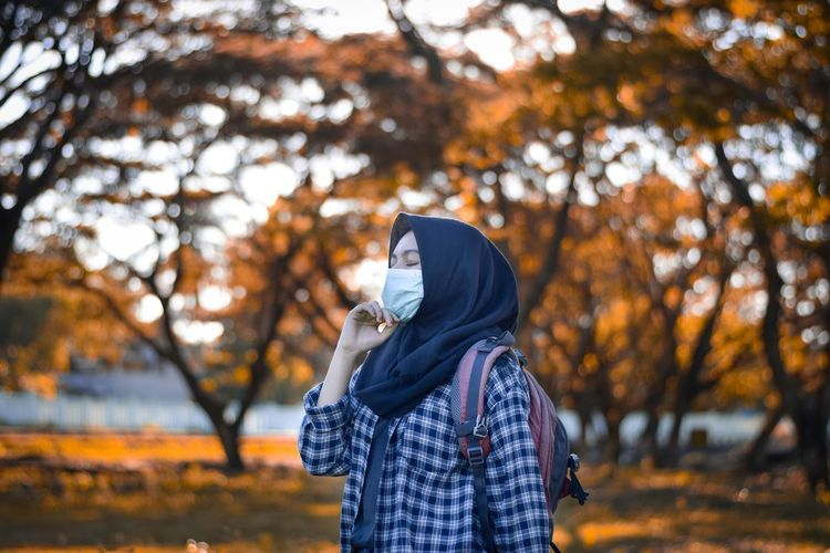 Beautiful muslim women wearing masks to protect themselves from the corona virus