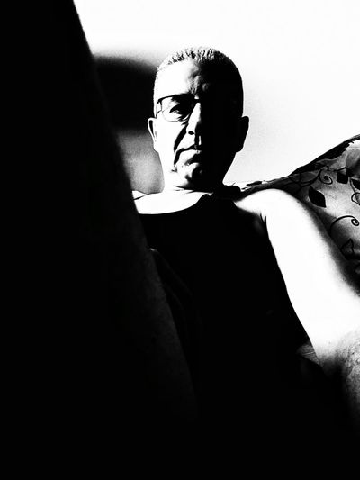 Contrasti Blackandwhite Black And White Black & White Blackandwhite Photography Black Background Black And White Photography Me Men Fromme From Me Portrait Portrait Photography Human Hand Women Silhouette Shadow Human Face Headshot Close-up Introspection Focus On Shadow
