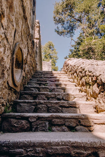 Escaleras antiguas empedradas Architecture Built Structure History The Past Staircase No People Day Tree Sky The Way Forward Nature Plant Travel Destinations Steps And Staircases Ancient Low Angle View Direction Clear Sky Building Exterior Old Ruin Outdoors Ancient Civilization Stone Wall Ruined