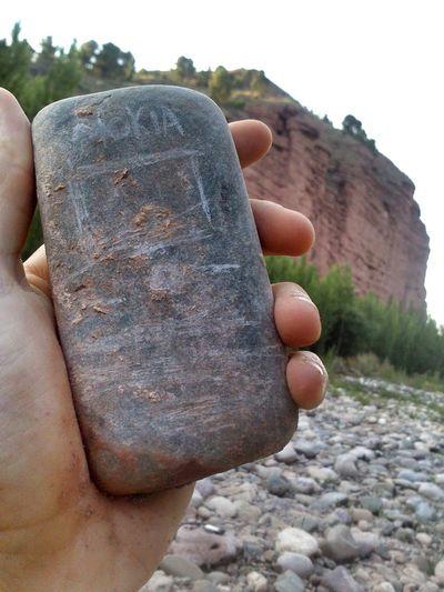 Ir al río y encontrar un Nokia entre las piedras