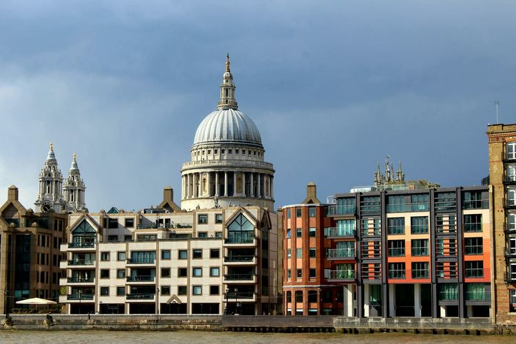 St pauls cathedral and river against sky