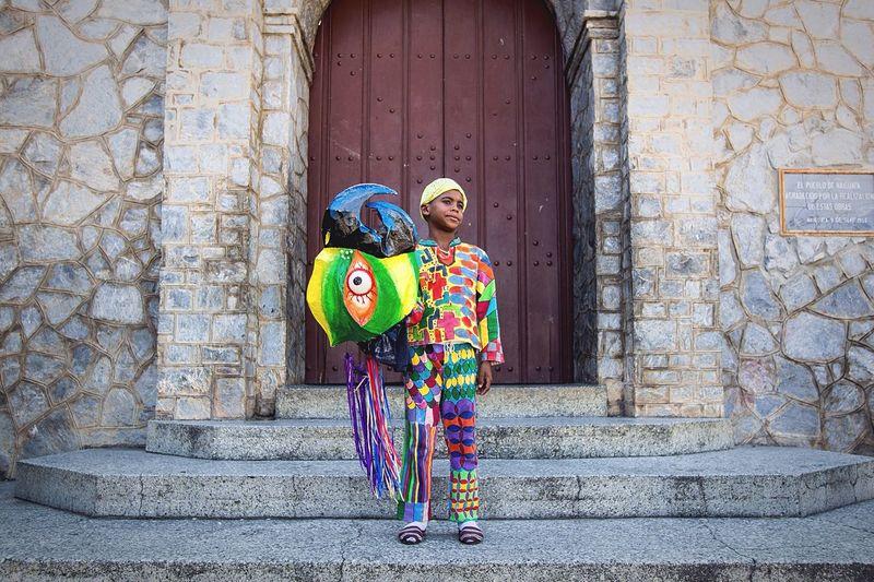 Un diablo de Naiguatá posa frente a la iglesia donde pagan sus promesas. En Corpus Christi estos diablos danzan con máscaras de colores para pagar promesas o cumplir penitencias Venezuela Diablosdenaiguatá Diablosdanzantes