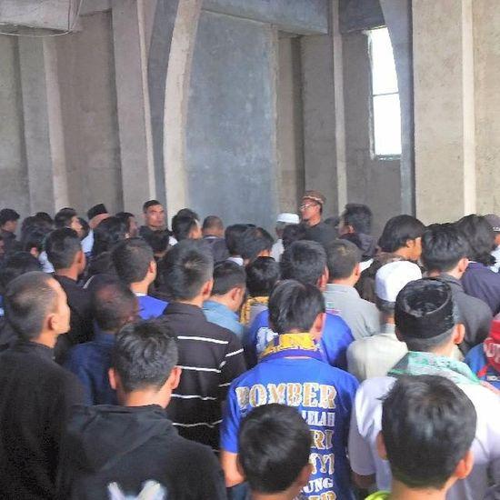 Foto-foto saat para ribuan bobotoh mengantar jenazah Almarhum Ayi Beutik dari komplek D'Amerta menuju tempat pemakaman di Banjaran Persib Bobotoh Bandung Bandungjuara INDONESIA Televisinet saat mensholatkan di mesjid Al Fath komplek D'Amerta Residence