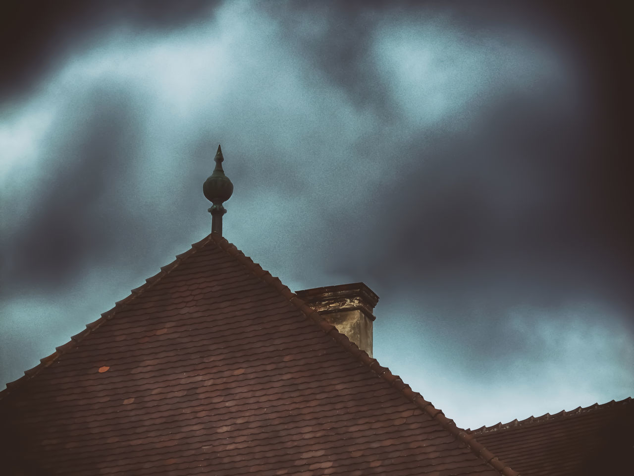 LOW ANGLE VIEW OF CROSS ON ROOF AGAINST SKY