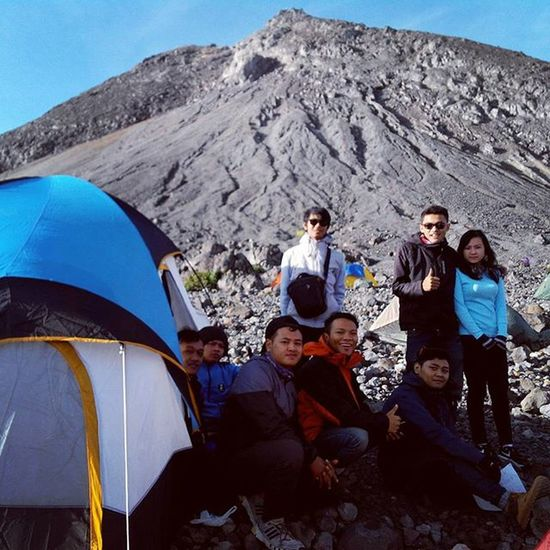 merapi menawarkan ku persahabatan.. Biarpun aku berkeliling sendiri tapi di sini aku menemukan orang-orang yang sangat bersahabat... Goodmorning INDONESIA Sunrise Mountain Merapi Volcanoes Hiking Climb Adventure People Pendaki Gunung Summit Emotion Adventure Trip Masl Mdpl