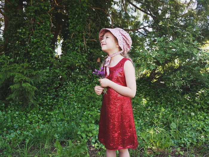 Style inspo: Laura Ingalls Wilder meets Liza Minelli The Portraitist - 2017 EyeEm Awards Bonnet Tree Real People Smiling Summer Portrait Outdoors Day Green Color Standing One Person One Girl Only Child Innocence Childhood Grass Tiny Bouquet Flower Girl