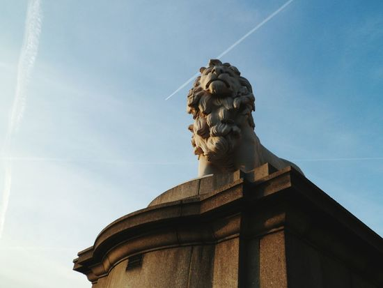 GB Lion Architecture View Sky_collection London Outdoors Beautiful Clouds And Sky Stonework Great Britain Stone Statue Statue Blue Sky Clouds Escaping No People Travel International Landmark Famous Place Travel Destinations Capital City Capital Cities