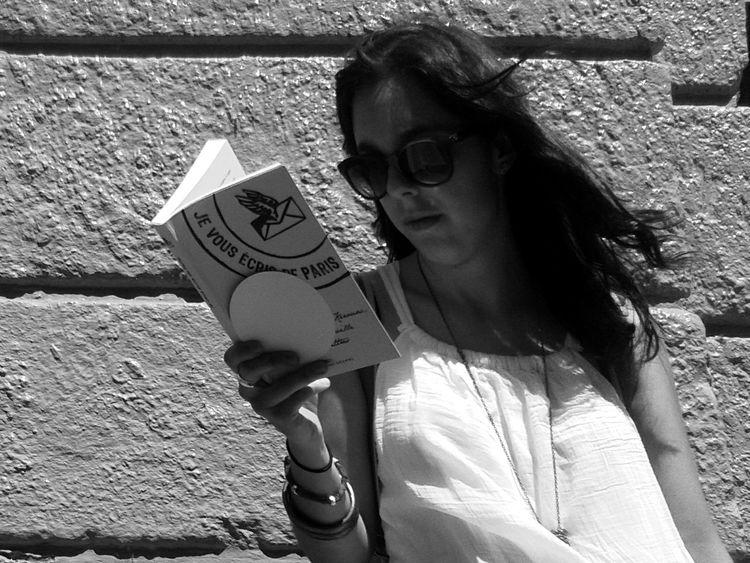 Streetphoto_bw Candid Reading Girl
