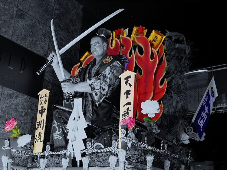 Kaki Yamakasa No3 Nakasu nagare 2015 : Dolls Miyamoto Musashi partColor Streetphoto_bw Noir Hakata, Fukuoka July Festival /LUMIX GX1 50mm F/5.6 Colorsplash edit
