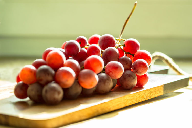 red grapes EyeEm Gallery Grapes! StillLifePhotography Sunday Morning Sunny Blur Blurry Canon6d Close-up Eye4photography  Focus Food Freshness Fruit Grapes Nature Photography Grapes 🍇 Greenery Kitchen Life Kitchen Stories Ready-to-eat Round Shape Still Life
